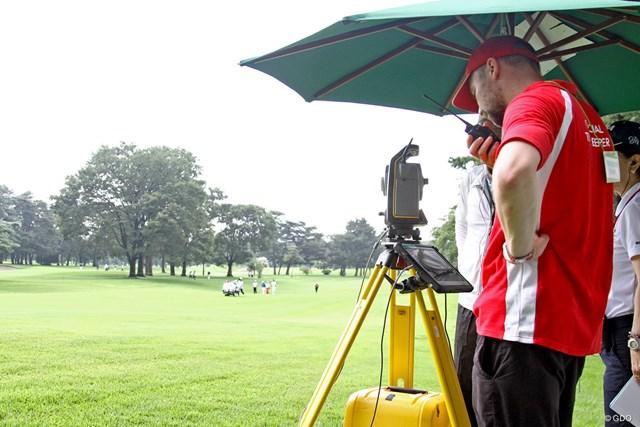 計測器 海外スタッフがボール位置を測定する端末機器のレクチャーを行った