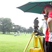海外スタッフがボール位置を測定する端末機器のレクチャーを行った 計測器