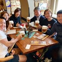 プラハのレストランで再会。恩師の金井兼理事長(右から3番目)のご家族、キャディのメグさんと一緒に 2019年 川村昌弘
