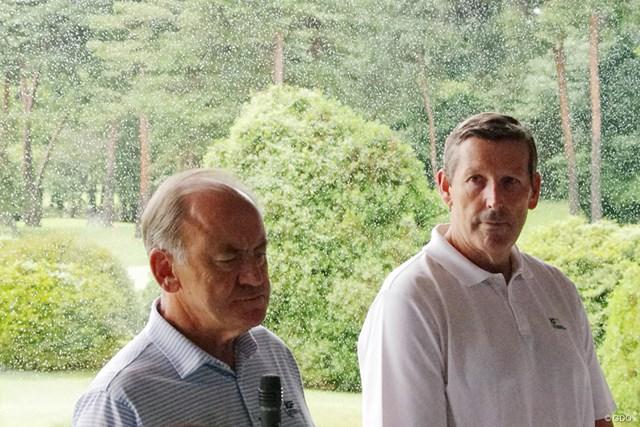国際ゴルフ連盟ピーター・ドーソン会長(左)