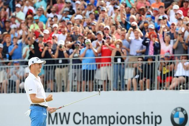 勝利を決め、トーマスは大ギャラリーを前にガッツポーズを作った(Andrew Redington/Getty Images)
