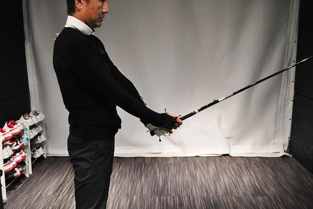 体の正面でこのように構え、足の付け根で前傾するのが基本