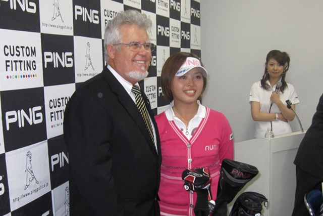 2010年PINGと用具契約した一ノ瀬優希プロ(写真:右)と本社役員のアラン・ソルハイム(写真:左)