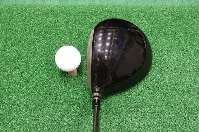 現代的なシャローバック形状。色はオーソドックスな光沢のある黒だ