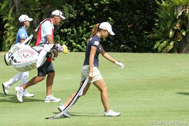 2010年 HSBC女子チャンピオンズ初日 上田桃子 バンカーショットをミスし、心と共にタオルも引き摺る上田桃子