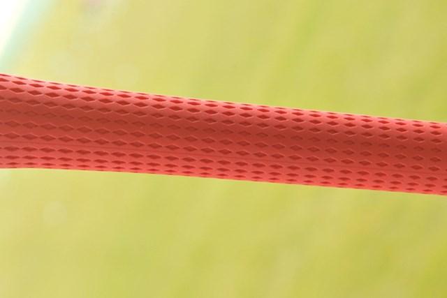 新製品レポート 「密着感が最高!」スーサス SS50グリップ NO.2 グリップには菱形の溝が入っており、手のひらに食いつく
