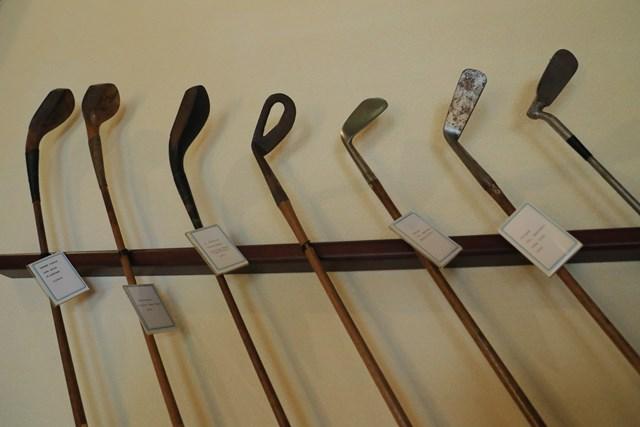 JGAゴルフミュージアム 歴史のあるクラブ スコットランドなどから持ち込まれた100年以上前のクラブ。バンカー専用のウェッジなど。一番右はロフトを変えられるアイアン