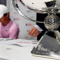 マキロイの名が刻印されたフェデックスカップ(Tracy Wilcox/Getty Images) 2019年 ツアー選手権byコカ・コーラ  最終日 使用