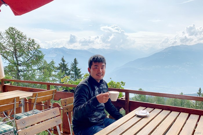 アルプスを望むカフェでひとやすみ。今週はスイスでの欧州ツアー 2019年 オメガ・ヨーロピアン・マスターズ 事前 川村昌弘