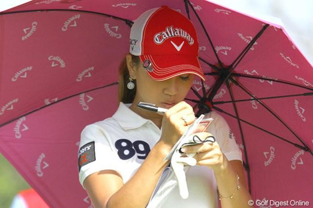 """2010年 HSBC女子チャンピオンズ2日目 上田桃子 手帳に書き込んだ""""客観的""""という言葉。はやる気持ちを抑えることも必要だ"""