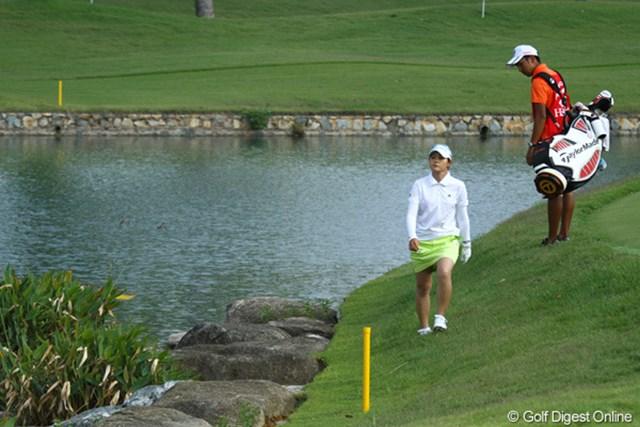 2010年 HSBC女子チャンピオンズ2日目 諸見里しのぶ 11番パー3でティショットを池に入れ、4オン2パットのトリ。それを取り返してパープレイで終えた諸見里しのぶ