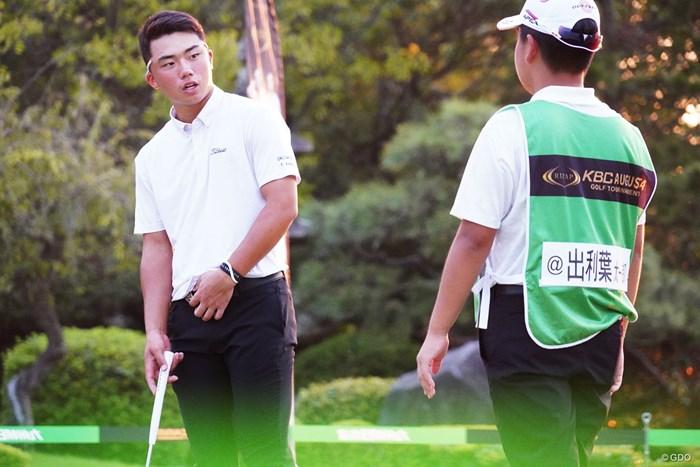 遅くまで調整に励んだ出利葉太一郎(左) 2019年 RIZAP KBCオーガスタゴルフトーナメント 2日目 出利葉太一郎