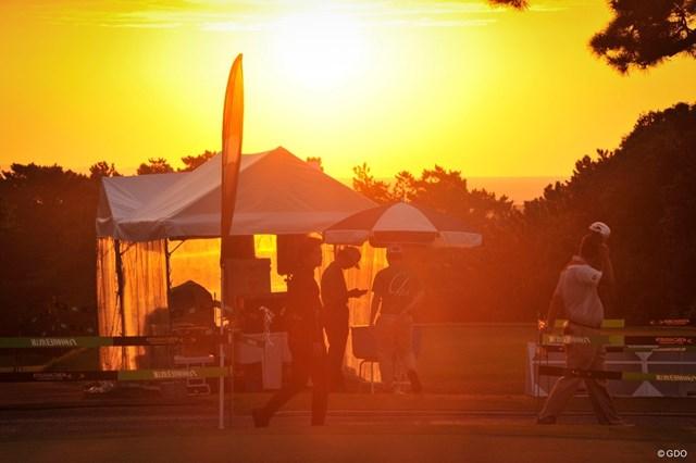 2019年 RIZAP KBCオーガスタゴルフトーナメント 2日目 10番 10番ティグラウンド前の夕暮れ