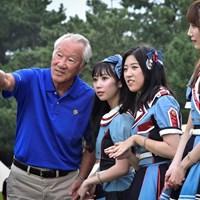 この日喜寿を迎えた日本ゴルフツアー機構(JGTO)の青木功会長とHKTメンバー 2019年 RIZAP KBCオーガスタゴルフトーナメント 3日目 青木功