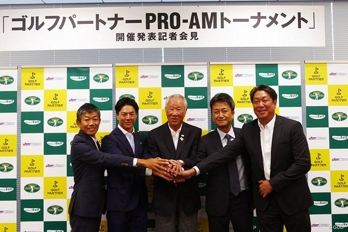 ゴルフパートナーが新規トーナメント開催を発表した(左から川崎康史同社役員、石川遼、青木功、石田純哉同社社長) 石川遼 青木功