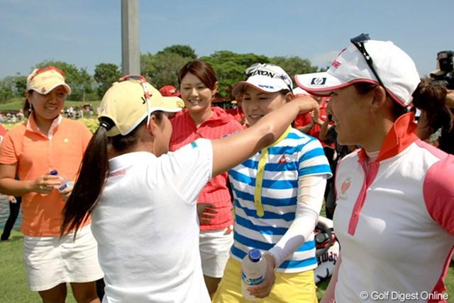 2010年 HSBCチャンピオンズ 最終日 宮里藍など日本人選手たち 先にホールアウトした日本人選手の祝福を受ける宮里藍