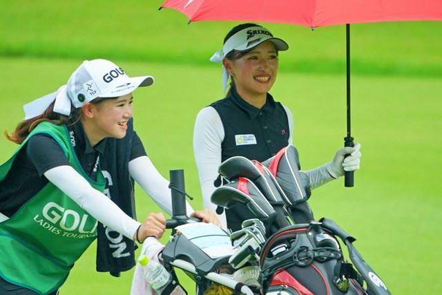 2019年 ゴルフ5レディス プロゴルフトーナメント 初日 臼井麗華 妹の蘭世(らんぜ)さんと談笑する臼井麗華
