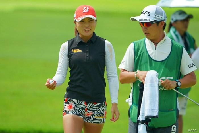 スキンケアに気をつかう21歳の高橋彩華(左) 2019年 ゴルフ5レディス プロゴルフトーナメント 最終日 高橋彩華