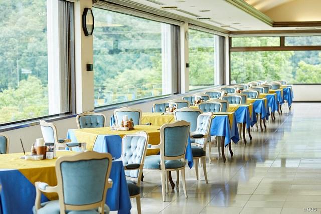 コースが一望できる開放感のあるレストラン