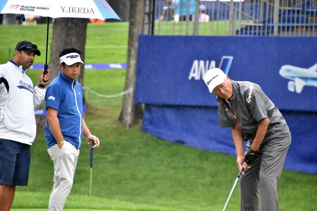 日本ゴルフツアー機構(JGTO)の青木功会長(右)とプレーした池田勇太