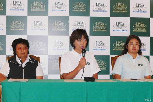 記者会見する岡本綾子(写真左)、小林浩美LPGA会長(中央)ら