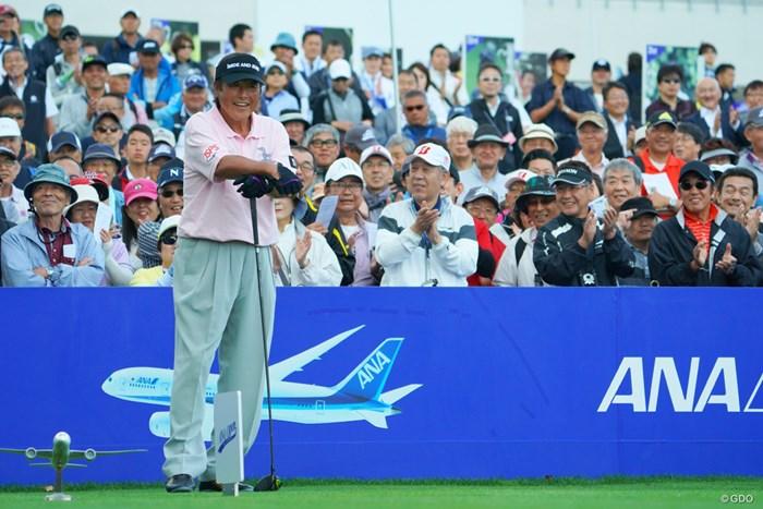「プロ50年目」のアナウンスにギャラリーから拍手喝采!ジャンボさんもご満悦。 2019年 ANAオープンゴルフトーナメント 初日 尾崎将司