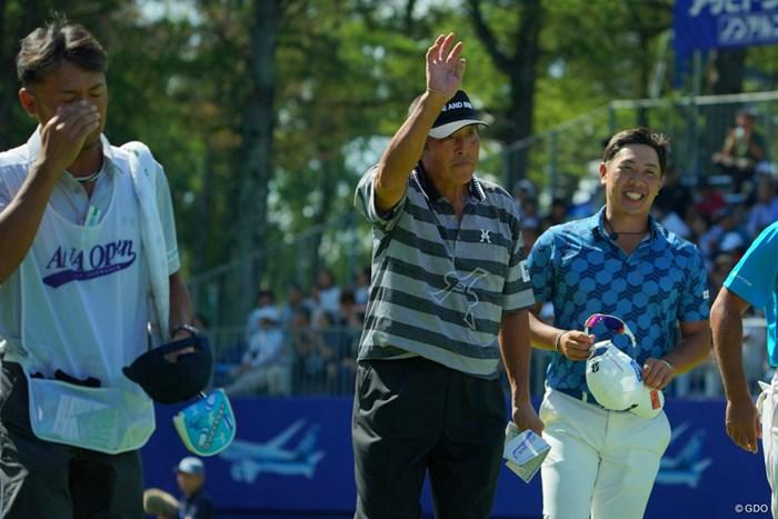 尾崎将司(中央)は通算16オーバーで予選落ち。ファンの歓声に応えて輪厚を去った 2019年 ANAオープンゴルフトーナメント 2日目 尾崎将司