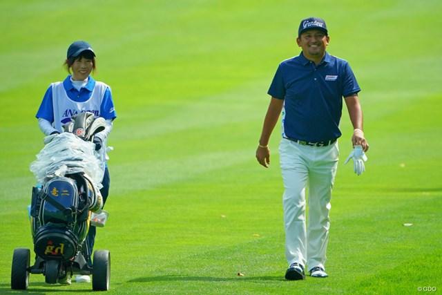 泉キャディ(左)と初優勝を目指す正岡竜二