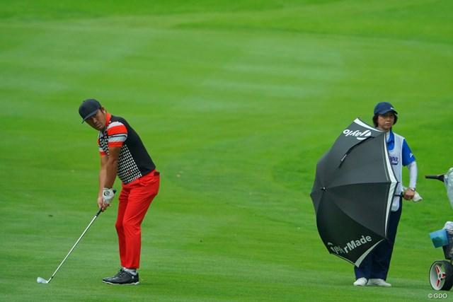 この人、打った後にいきなりこっちに来たりするから、傘でガードしておかなきゃ。