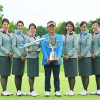 記念撮影する浅地洋佑(中央) 2019年 ANAオープンゴルフトーナメント  最終日 浅地洋佑