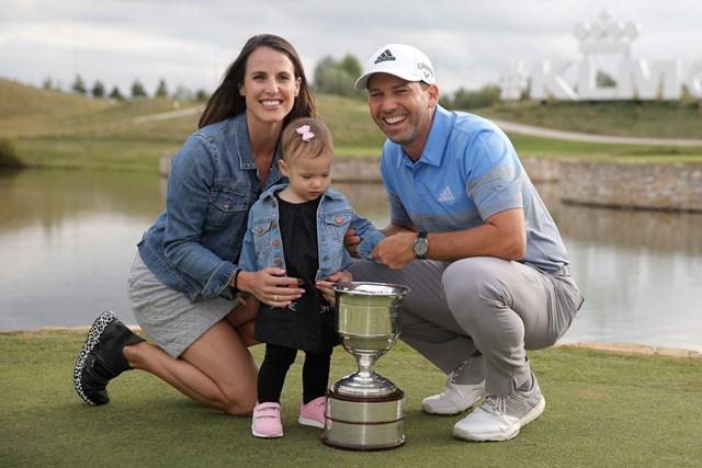 今季初優勝を飾ったS.ガルシア。家族で記念写真に収まった(Dean Mouhtaropoulos/Getty Images)