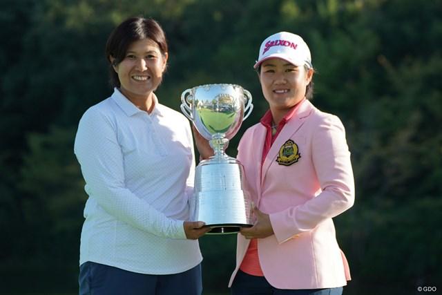 畑岡奈紗は母・博美さん(左)と優勝の記念写真に収まった