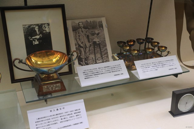 JGAゴルフミュージアム 皇族とゴルフ 菊の御紋が並ぶ。昭和天皇をはじめ、多くの皇族が当時はゴルフを楽しんだ