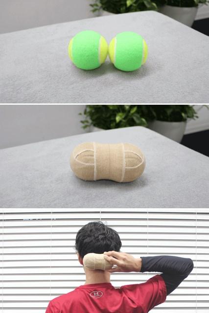 伸縮テープで2つのテニスボールをつなげます