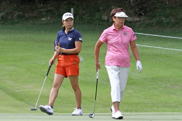 プロアマ戦で初めてラウンドをともにした渋野日向子(左)&樋口久子LPGA顧問