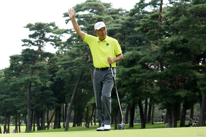 ハーフターン直前のバーディ。歓声にこたえるリアクションが最高 2019年 日本シニアオープンゴルフ選手権競技 2日目 水巻善典