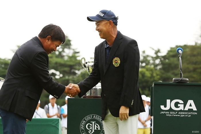 マークセン(左)をやっつけた! 谷口徹がシニアメジャー初勝利 2019年 日本シニアオープンゴルフ選手権競技  最終日 プラヤド・マークセン 谷口徹