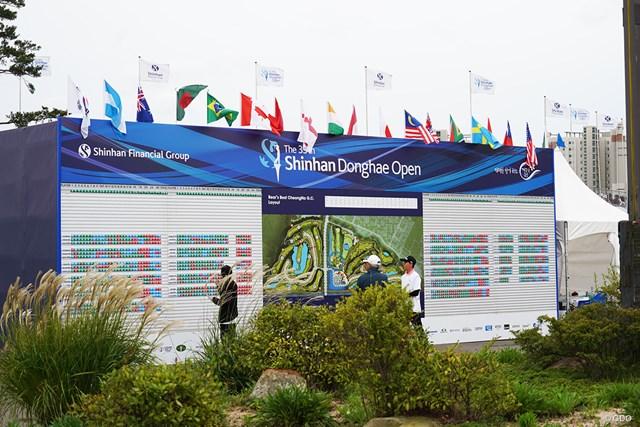 各国の国旗も飾られたスコアボード