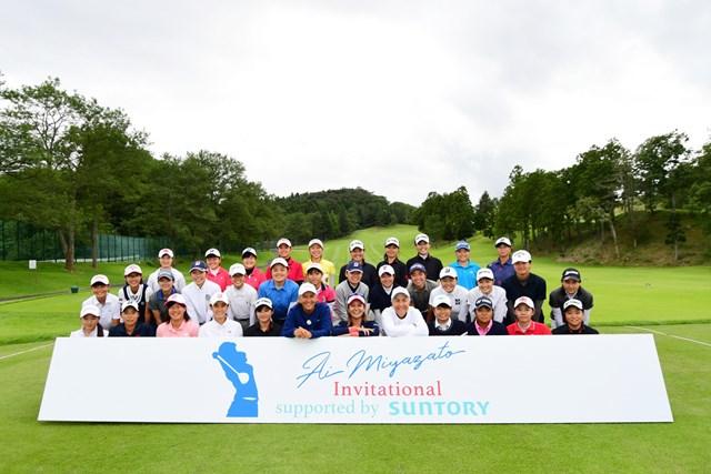 集合写真 宮里藍とピア、リン、参加したジュニアゴルファーたち(写真:大会提供)