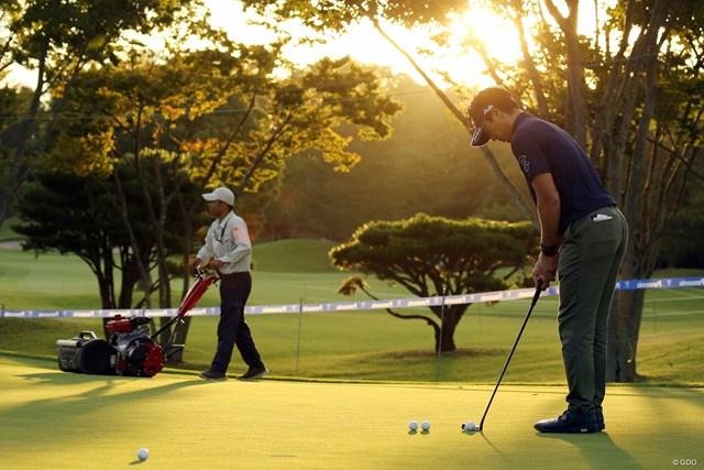石川遼は午後5時半過ぎまでパッティンググリーンで練習