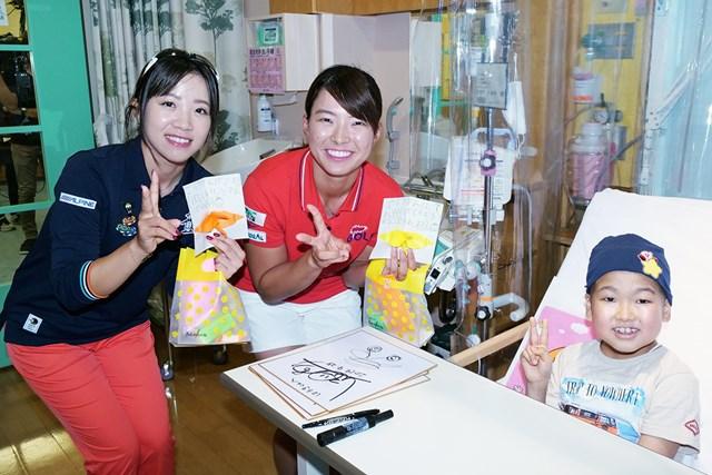 こども病院を慰問した渋野日向子(中央)と大江香織(左)(大会提供)
