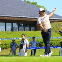 ティショット前に準備運動 2019年 パナソニックオープンゴルフチャンピオンシップ 初日 片山晋呉
