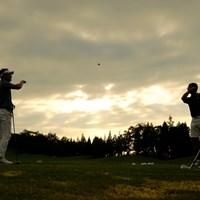 練習場で夕方のキャッチボール 2019年 パナソニックオープンゴルフチャンピオンシップ 2日目 練習場