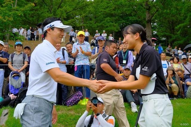 ワンオンチャレンジに成功したアマチュアの金沢美咲さんは石川遼と握手