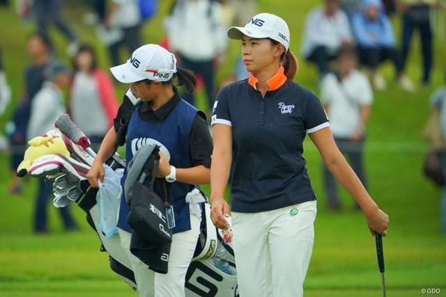 22位で終えた渋野日向子(右)。「らしくないゴルフ」と振り返った