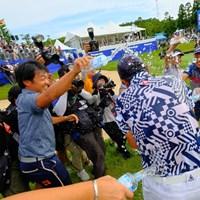 ホールアウト後、谷口徹らツアープロ仲間たちから水をかけられる 2019年 パナソニックオープンゴルフチャンピオンシップ 最終日 武藤俊憲