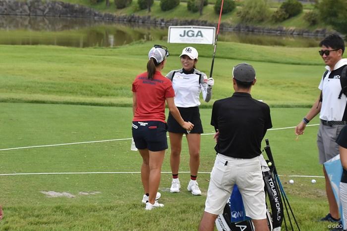 ドライビングレンジで上田桃子から祝福されるイ・ボミ 2019年 日本女子オープンゴルフ選手権 事前 イ・ボミ