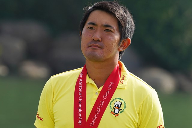 表彰式で悔しい表情を見せる金谷拓実(Allsport Co./Getty Images)