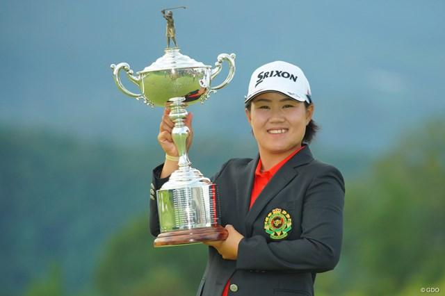 2019年 日本女子オープンゴルフ選手権  最終日 畑岡奈紗 優勝カップを掲げて笑顔を見せる畑岡奈紗