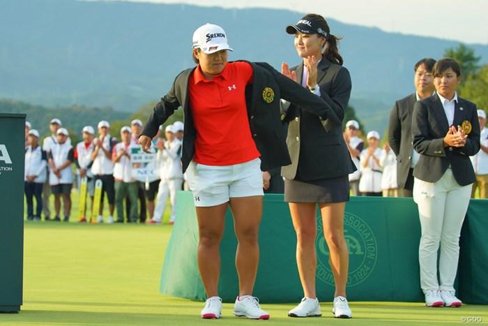 昨年のチャンピオン、ユ・ソヨンからチャンピオンブレザーの贈呈。 2019年 日本女子オープンゴルフ選手権 最終日 畑岡奈紗